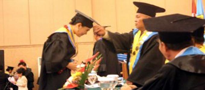 Rektor, Universitas Teknologi Sulawesi Utara (UTSU) Drs Tonny H Wangania MM MSi, Selasa (26/3) melepas sedikitnya 92 lulusan