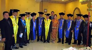 Rektor UTSU Drs. Tonny H. Wangania, MSi, MM bersama anggota Senat dan para Guru Besar